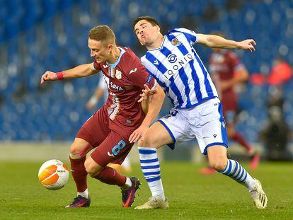 El centrocampista crota del Rijeka Tibor Halilovic protege el balón ante Zubeldia este jueves en Anoeta.