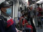 13/05/20 Usuarios del metro en un vagon de la linia 5 en plena hora punta, fase 0. Estado de alarma, octava semana de confinamiento generalizado para evitar los contagios por la crisis sanitaria del coronavirus. Barcelona, 13 de mayo de 2020 [ALBERT GARCIA]