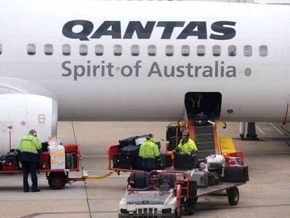Avión de Qantas en el aeropuerto de Melbourne, en una imagen de archivo. En video, el primer vuelo de prueba el marzo pasado de la compañía.