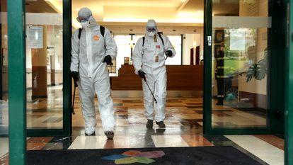 Miembros de la Unidad Militar de Emergencias (UME) desinfectan una residencia de mayores en Madrid en marzo del año pasado.
