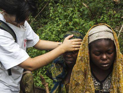 La doctora Inés González, de Médicos Sin Fronteras, comprueba la temperatura de dos miembros de una familia con síntomas de malaria.