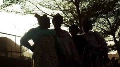 Rabiatou, Fatoumata, Geneva y Aisata fueron casadas de manera prematura. Hoy cuentan su historia, pero no quieren mostrar su rostro.