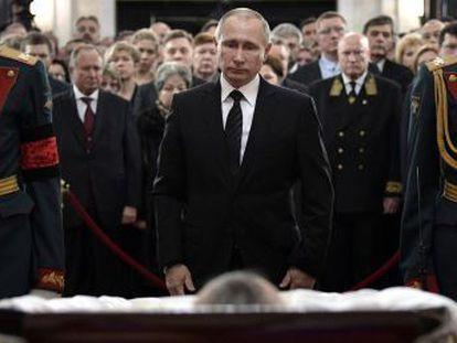El presidente ruso se reúne con la cúpula de Defensa tras una breve visita al velatorio del embajador ruso asesinado en Turquía