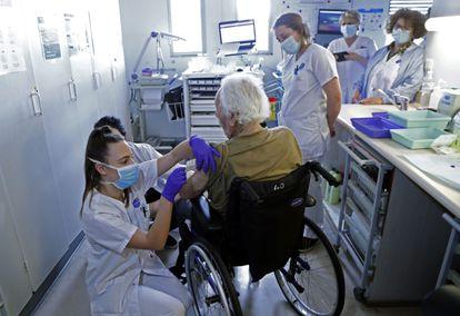 Un residente en un centro de mayores recibe una vacuna, el lunes en Montpellier (Francia).