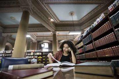 La estudiante universitaria Jessica Rabelo lee un libro en la Biblioteca Nacional del Rio de Janeiro.
