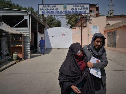 Una pareja sale del hospital 100 Camas de Kabul, donde el año pasado fueron asesinadas 25 personas.