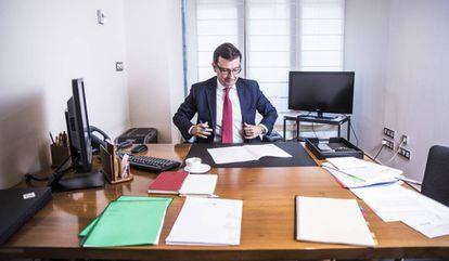 Roman Escolano, ministro de Economia, en su despacho en el ministerio.