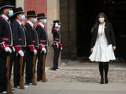 La presidenta del Parlament, Laura Borràs, pasa revista a los Mossos d'Esquadra a la puerta del Parlament.