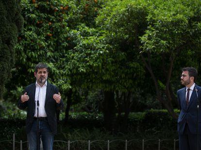 Pere Aragonès, y el secretario general de Junts, Jordi Sànchez, en la escenificación del acuerdo el pasado 17 de mayo.