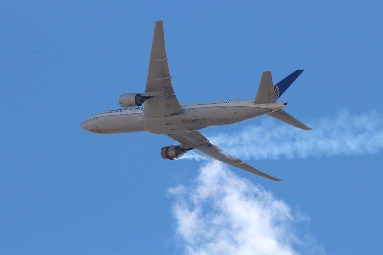 Una imagen del fallo del Boeing 777-200 que despegó del aeropuerto internacional de Denver, este sábado.