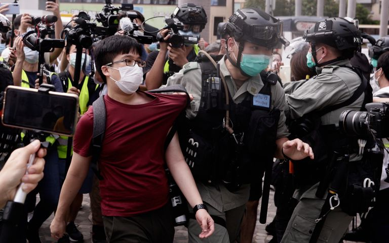 Un policía arresta a un hombre durante una protesta contra el Gobierno, el pasado 10 de mayo, en Hong Kong.