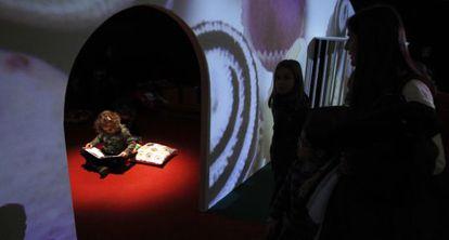La casita construida para la exposición 'Hansel y Gretel en la biblioteca de chocolate'.