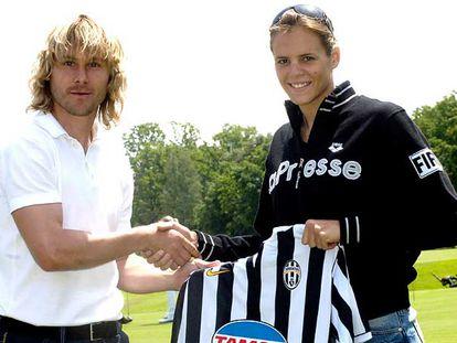 Laura Manaudou, con Nedved del Juventus, ayer en Turín.