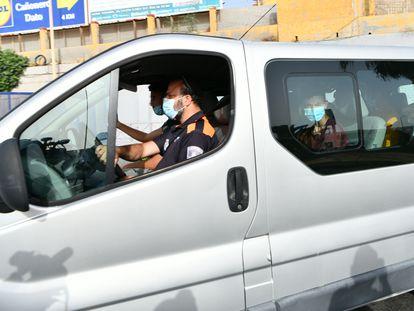 Una furgoneta repatría a menores marroquíes, el 16 de agosto en Ceuta.