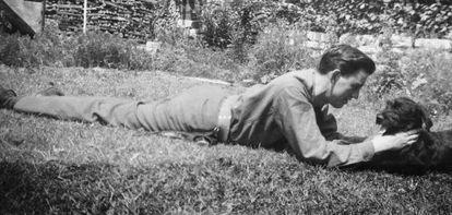 El escritor J. D. Salinger juega con su perro en una imagen sin fechar.