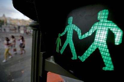 Un semáforo con dos hombres de la mano en ver en la plaza de la Cibeles en Madrid.