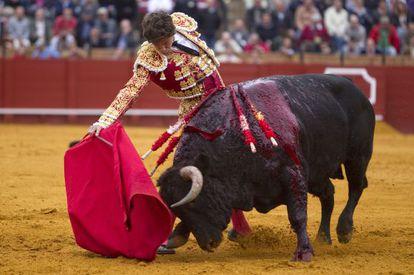 Eduardo Gallo durante la faena con su primer toro.