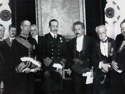 En el centro, el rey Alfonso XIII, con los ojos cerrados, y Albert Einstein.