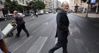 El ingeniero Ole Thorson cruza la calle Játiva, de Valencia, una de las más congestionadas por el tráfico.
