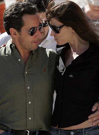 La cantante Carla Bruni y el presidente francés, Nicolas Sarkozy, el 30 de diciembre en Egipto.