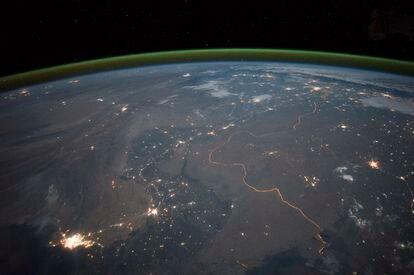 Imagen de la línea verde sobre la Tierra, al fondo, que indica la existencia de oxígeno.