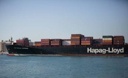 Barco con mercancías en el Puerto de Barcelona.