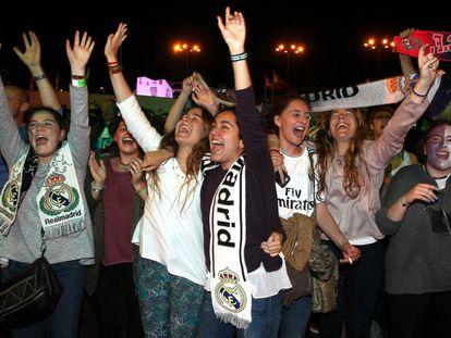 Aficionados del Real Madrid celebran el triunfo en la Cibeles.