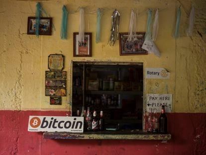 La pequeña tienda de Roxana a la orilla del mar en playa El Zonte, recibe Bitcoin desde esta semana.