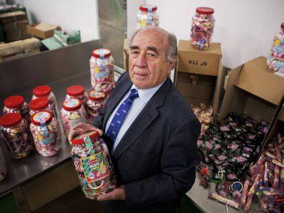 El empresario segoviano Onésimo Migueláñez posa con productos marca Migueláñez en la sede de la empresa, en Madrid.