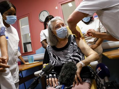 Mauricette, una jubilada de 78años, ha sido la primera persona en recibir la vacuna contra la covid-19 en Francia.