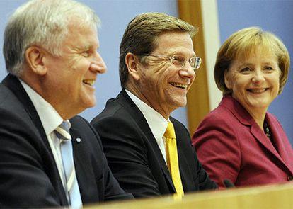 De izquierda a derecha, El presidente de la Unión Socialcristiana (CSU) y primer ministro bávaro, Horst Seehofer, el futuro vicecanciller y jefe del Partido Liberal (FDP), Guido Westerwelle y la  canciller, Angela Merkel, durante la presentación del pacto de Gobierno