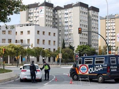 Control policial junto al a comisaría provincial de Málaga. Foto: Garcia-Santos