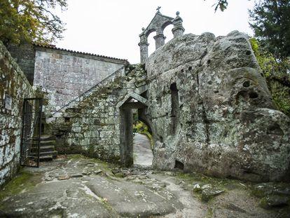 Una de las rutas de acceso del monasterio de San Pedro de Rocas (Ourense) a finales de noviembre.