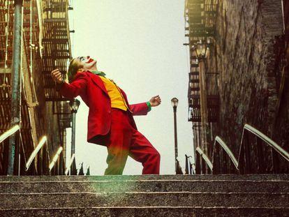 Joaquin Phoenix, aspira esta noche al Oscar, por su interpretación del Joker, del que destaca la escena del baile catártico en unas larguísimas escaleras del Bronx neoyorquino.  