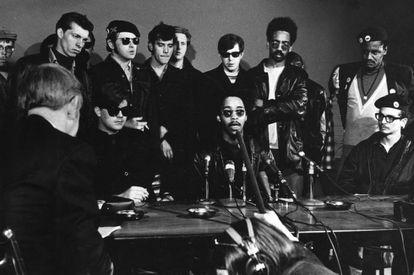 Young Patriots junto a Panteras Negras y Young Lords, durante una rueda  de prensa en 1969. Fotografía: Linn Ehrlich