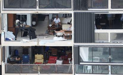 Vecinos de San Juan, en sus pisos tras el paso del huracán María en septiembre de 2017.