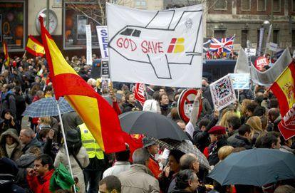 Concentración de trabajadores de Iberia frente a la sede de la compañía aérea en Madrid.