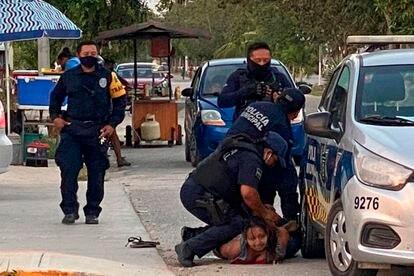 Momento de la detención que acabó con la muerte de Salazar, captado por videos en las redes sociales.