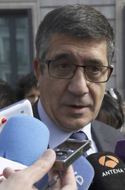 López, en el exterior de las Cortes.