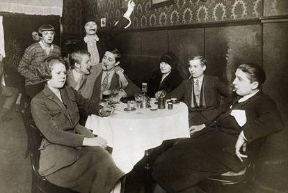 Un grupo de berlinesas fuman, algunas con traje masculino (1927).