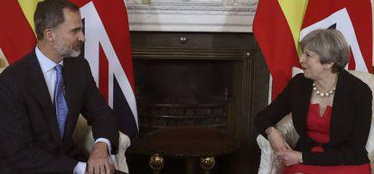 El rey Felipe junto a la primera ministra británica, Theresa May, en el 10 de Downing Street.