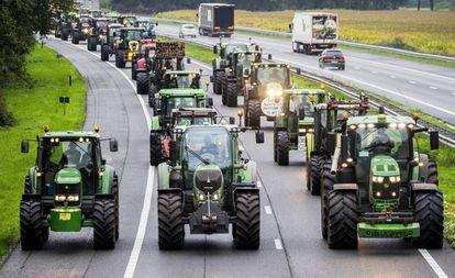 Granjeros bloquean la autopista A28 con sus tractores entre Hoogeveen y Meppel en los Países Bajos durante las protestas de este martes.