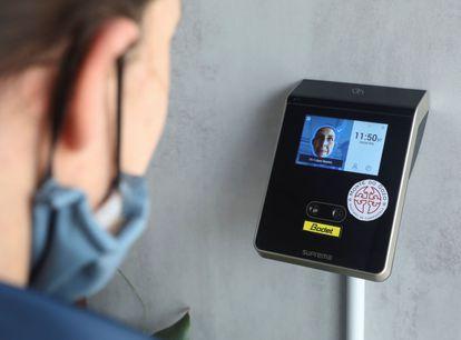 Un trabajador utilizar una herramienta de reconocimiento facial para registrar su jornada laboral el 24 de abril en Santiago de Compostela.