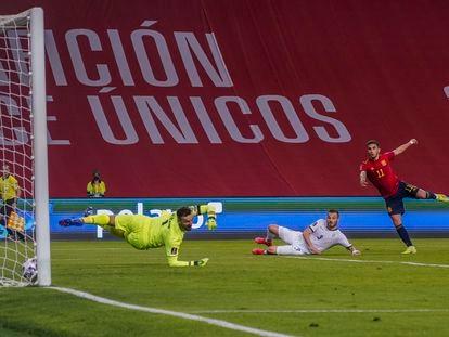 Ferran Torres supera al meta Ujkani en el 2-0, este miércoles en La Cartuja.