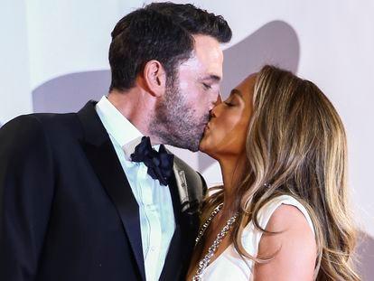 Jennifer Lopez y Ben Affleck se besan en el estreno de 'The last duel', el viernes en Venecia.