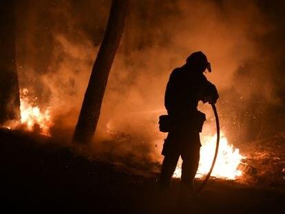 Un bombero trabajaba este sábado en labores de extinción en Thrakomakedones, al norte de Atenas.