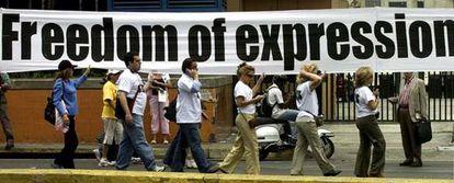 """Periodistas venezolanos marchan desplegando una gigantesca pancarta en la que se lee en diez idiomas """"Libertad de expresión, S.O.S."""", en repudio a la decisión del presidente Hugo Chávez de no renovar el permiso de transmisión a la emisora RCTV."""