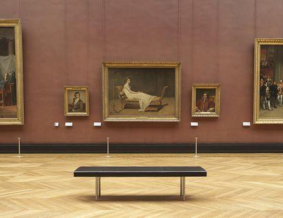 Uno de sus bancos para el Louvre dialoga con el triclinio de 'Madame Récamier' (1800) de Jacques-Louis David.
