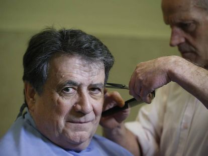 El escritor Luis Landero, en una peluquería de Madrid el 27 de enero.