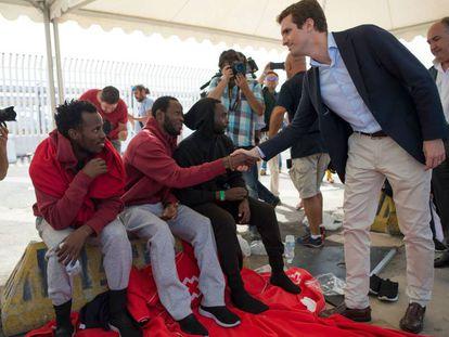 Pablo Casado saluda a inmigrantes en Algeciras, ante los medios de comunicación, este miércoles.